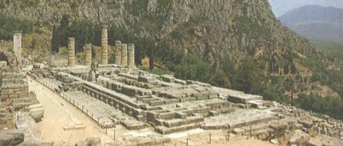 Temple d'Apollon à Delphes. Avant de pratiquer le culte d'Apollon, Delphes vénérait Gaia et Thémis (déesse de la Justice, sconde femme de Zeus