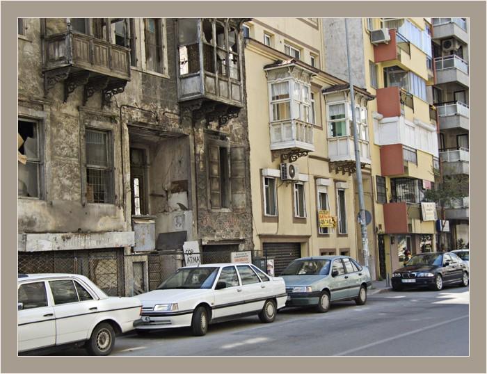 Maison en ruine, maison neuve, rue, immeubles