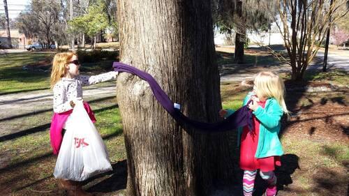 Si vous voyez des écharpes accrochées à des poteaux ou des arbres près de chez vous! Voici ce que cela signifie !