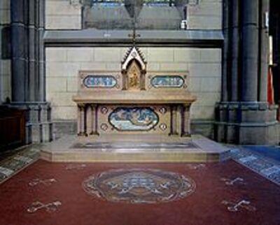 Photographie en couleurs du pavement et de l'autel de la chapelle vu de face.