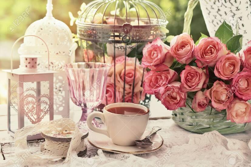 Tasse De Café Le Matin Sur La Table Avec Bouquet De Roses Et Cages  D'oiseaux Vintage Dans Le Jardin Banque D'Images Et Photos Libres De  Droits. Image 86873176.