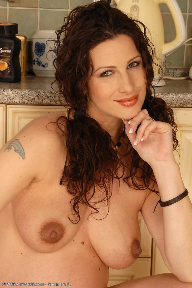 Lorena - 4- Nue dans sa cuisine !
