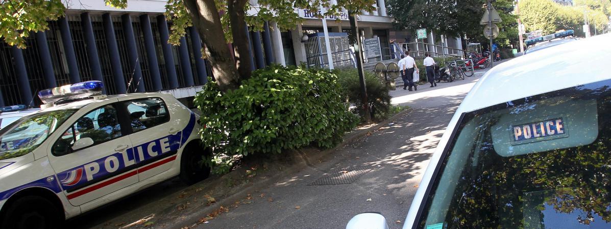 Cinq policiers d'Échirolles, près de Grenoble en Isère, ont été placés en garde à vue samedi 29 octobre, après avoirabattu la veille un forcené de 52 ans qui les aurait menacés avec une machette.