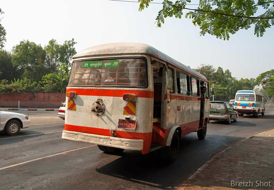 Vieux bus à Rangoun