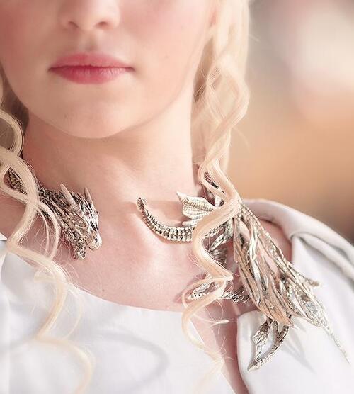 Pourquoi Daenerys s'habille en blanc dans la saison 5