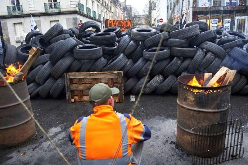 Blocage par les gilets jaunes du centre des finances publiques de Rennes, le 1er décembre.