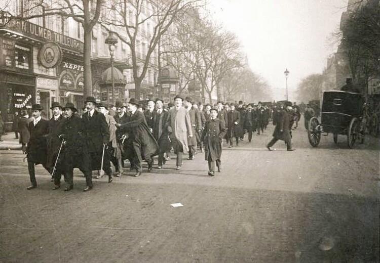 Manifestation des étudiants de la Faculté de Droit à travers Paris, le 8 novembre 1909 (photographie de presse. Agence Roll).