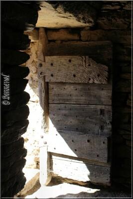 Gordes Village des Bories porte d'une bergerie en pierre sèche Vaucluse