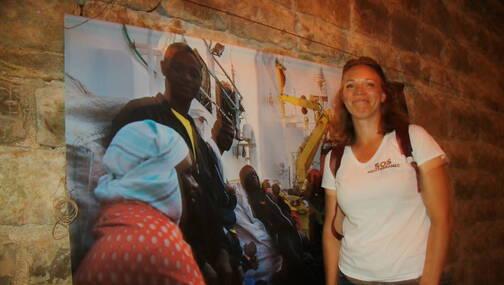 Bérangère, aux côtés de l'exposition photos montée pôur le Bout du Monde.
