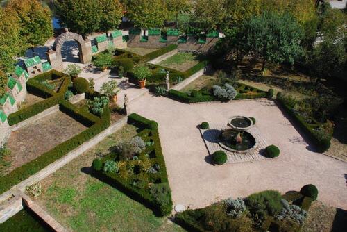 Vue du haut jardin renaissance de la maison forte