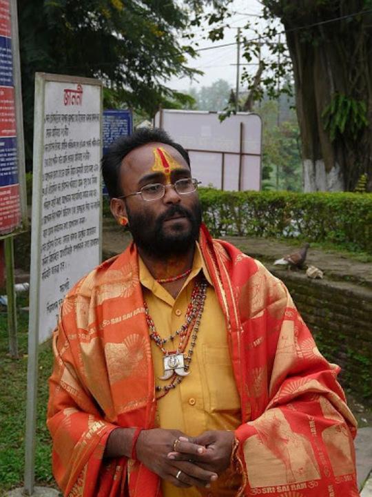 prêtre en prière dans un temple