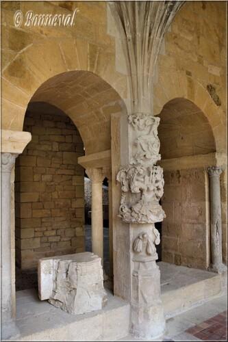 Abbaye de Cadouin le cloître pilier salle capitulaire galerie Est