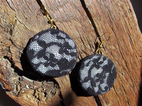 Boucles d'oreilles réalisées avec différents matériaux comme de la dentelle sylvie le brigant