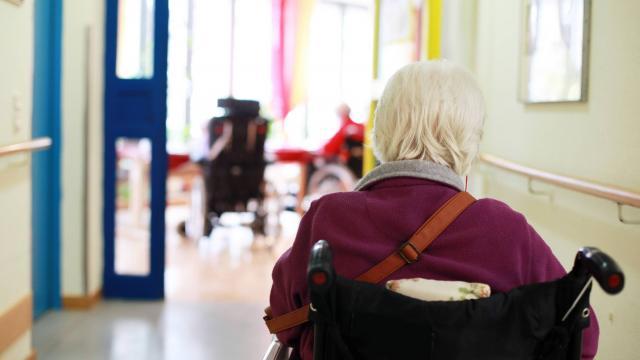 La réforme de la tarification des maisons de retraite, adoptée par le précédent gouvernement, va entraîner à terme une baisse de 200 millions d'euros des dotations annuelles selon la FHF.