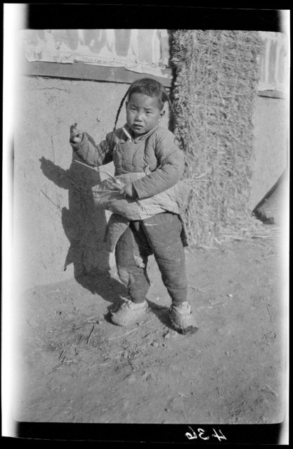 Child Collecting Fuel & Scared. China, Tianjin, 1917-1919. (Photo by Sidney David Gamble)