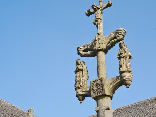 Eglise avec enclos paroissial en Bretagne (photos)