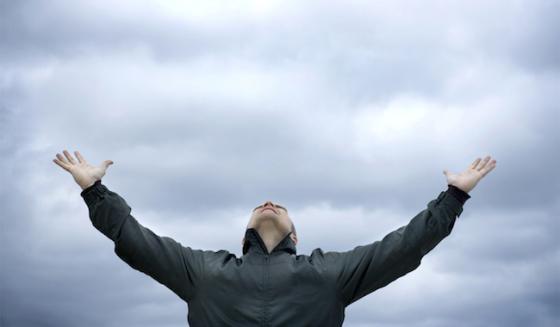 68594_priere-climat-mains-ciel-nuages
