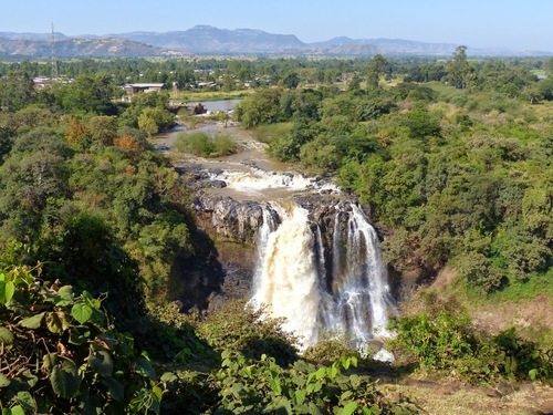 un petit barrage permet de fournir de l'électricité aux villages environnants
