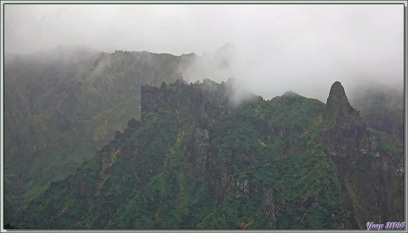 """Archway Rock et """"la citadelle fortifiée"""" qui surplombe - Quest Bay - Gough Island - Tristan da Cunha"""