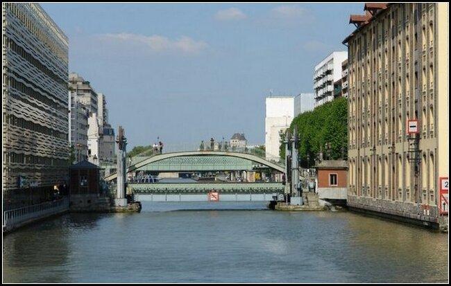 Pont-levis reliant les anciens magasins