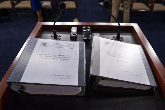 Le rapport sénatorial sur l'attaque du consulat américain de Benghazi lors de sa présentation à whashington le 28 juin 2016.