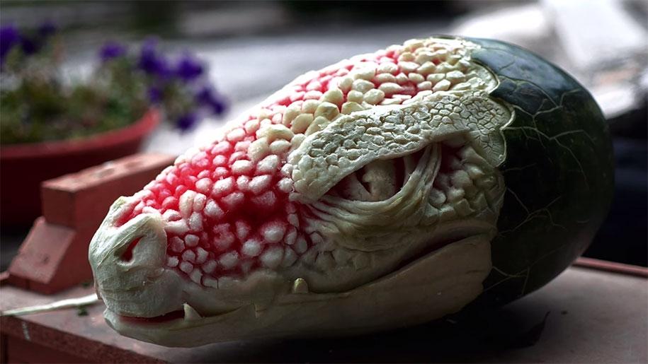 Une-Tête-de-Dragon-sculptée-dans-une-Pastèque-1
