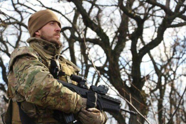 Cette photo en provenance du site internet d'Azov montre un officier de la milice néonazie armé d'une version du fusil israélien Tavor. Le Tavor est fabriqué par l'usine d'armes de l'État ukrainien Fort, sous licence octroyée par Israël. (Photo : Site bataillon Azov)