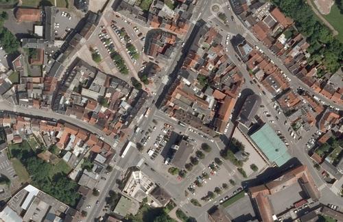 Saint-Pol-sur-Ternoise - Centre-ville en 2009, Église Saint-Pol et l'Hôtel de Ville, avec son beffroi, au centre (remonterletemps.ign.fr)
