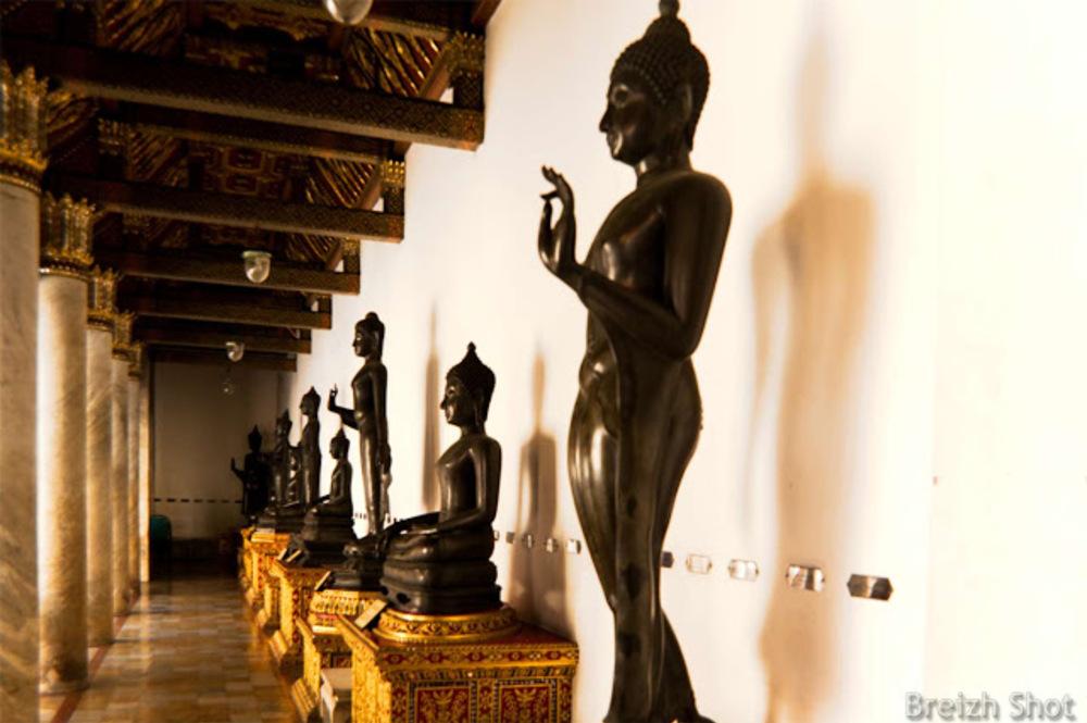 Wat Benchama Bophit :  Les positions du Bouddha dans le cloître. On remarque la présence et la blancheur du marbre de Carrare