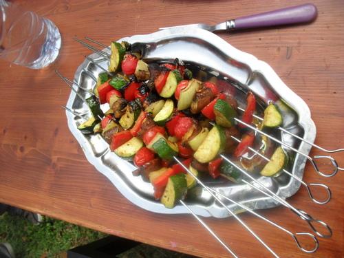des brochettes de légumes marinées pour un barbecue végétarien
