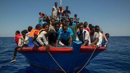 Des migrants attendent ici d'être secourus par le navire Aquarius en Méditerranée. C'est ce bateau qui a secouru la maman enceinte de la petite Mercy.