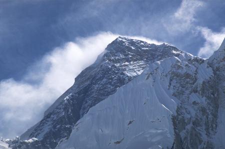 Le yéti, ours rocheux tibétain, logerait notamment sur l'Everest, montagne située dans la chaîne de l'Himalaya, à la frontière entre le Népal et le Tibet. Le naturaliste britannique B. H. Hodgson est le premier Européen à faire référence explicitement à la créature dans son récit Rencontre avec le yéti, paru en 1832 dans le Journal de la société asiatique du Bengale. © R. Hyland, Wikimedia Commons, cc by sa 3.0