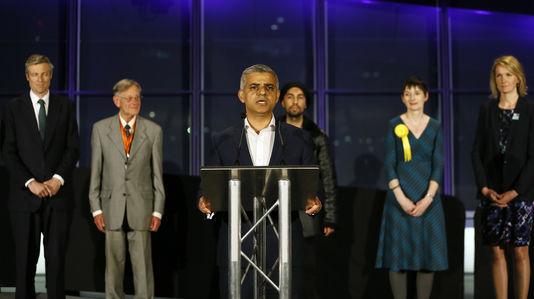 Sadiq Khan, membre de l'opposition travailliste, au City Hall, l'hôtel de ville de Londres, dans la nuit du 6 au 7mai.