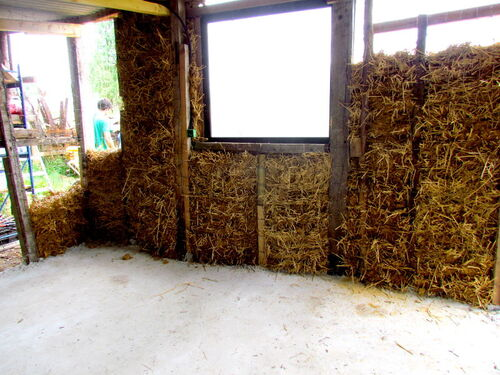 Les murs en terre-paille du fournil