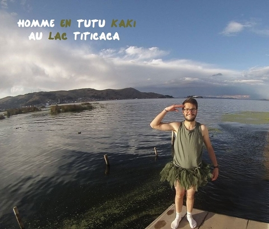 homme en tutu kaki au lac titicaca