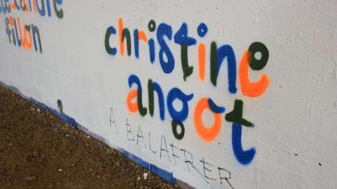 """Christine Angot dépose plainte pour """"injures à caractère racial"""" après des tags antisémites à Vannes"""