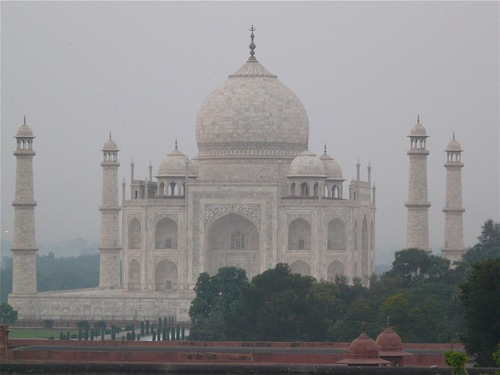 le Taj Mahal à Agra, dans la brume;