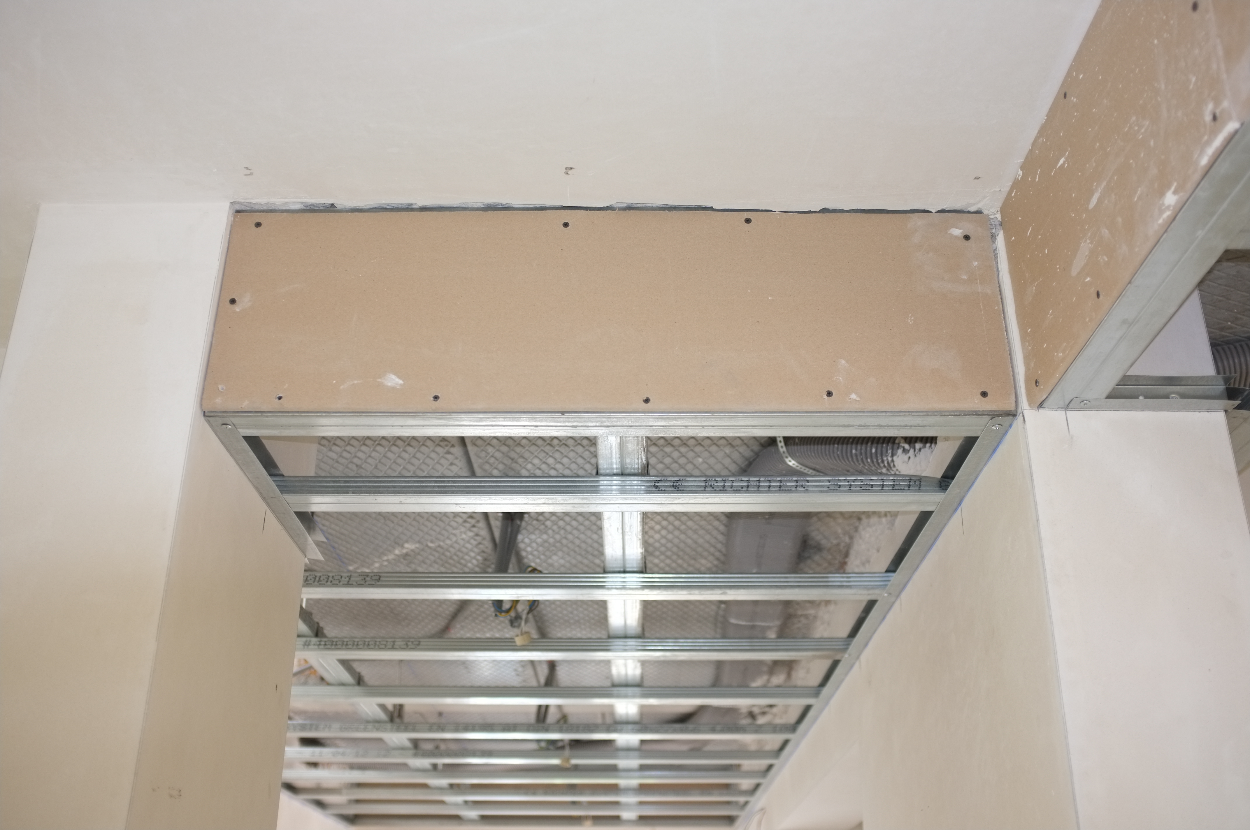 Jour 85 structure faux plafond hall d 39 entr e for Placer faux plafond