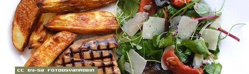 Smoked Tuna with Green Salad and Roasted Potatoes - CC by-sa FotoosVanRobin
