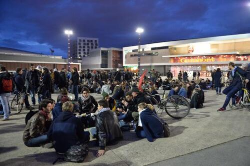 Ambiance bon enfant, vers 21 h, sur l'esplanade Charles-de-Gaulle, à Rennes.