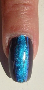 nail art pose de foils bleu électrique sur vernis OPI NLT 29 I brake for manicures