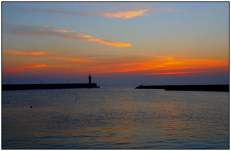 """""""Magie de l'aube"""" sur le phare de Binic"""