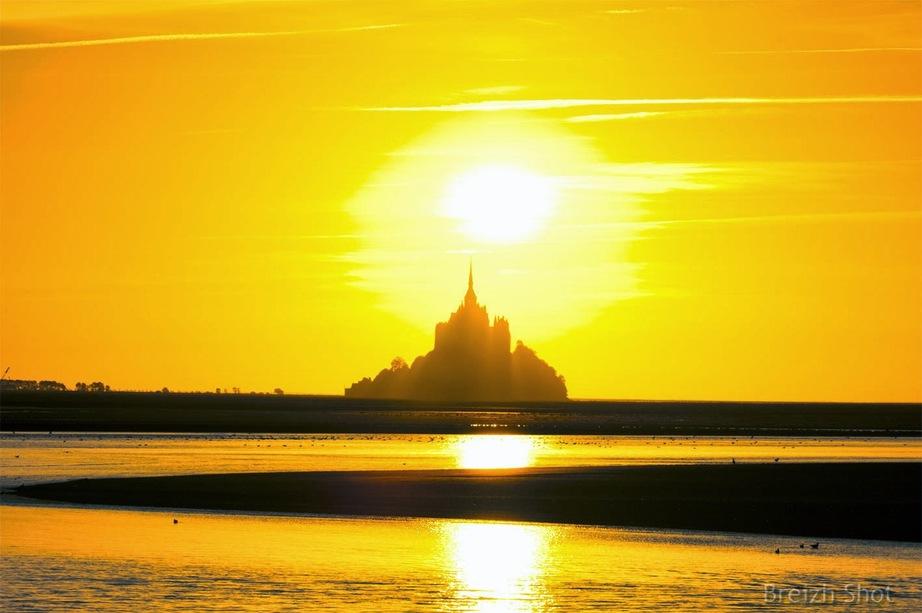 coucher de soleil derrière le mont-saint-michel