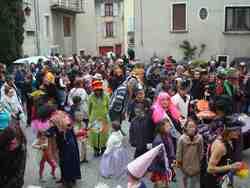 Carnaval de Saillans-Drôme--foule immense à la Daraize;