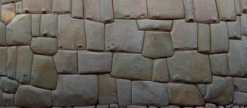 Devinette : qui se cache au milieu de ces pierres Incas à Cuzco?