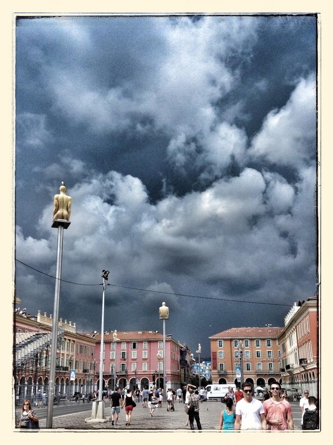 Ciel d'orage sur la place Masséna à Nice