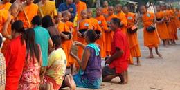 Aumône matinale des moines bouddhistes