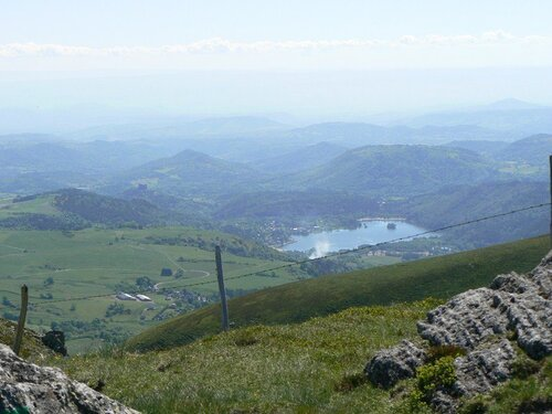 Pour ce parcours, qui n'est pas un parcours en boucle, il vous sera nécessaire de partir à deux voitures sur les lieux de départ et d'arrivée. 9 km de pure merveille. Une randonnée qui, sous le soleil, a rendu toute sa splendeur. Une altitude raisonnable qui oscille entre 1400 et 1700 mètres (le col de la Croix Morand est à 1401 m et le sommet du Puy de l'Angle à 1738), entre les deux c'est une succession de montagnes russes. Les points de vue sont magnifiques aussi bien d'un côté que de l'autre car nous marchons sur une crête, mais devant et derrière c'est aussi beau ! Vous aurez la possibilité d'apercevoir le lac Guéry dont le tour ne peut pas être fait à pied ainsi que la grande cascade en arrivant sur le Mont Dore, c'est magique. Que du bonheur pour cette randonnée. Attention il faut être équipé et prendre les vêtements et l'eau nécessaire, ainsi que le casse-croûte si vous le souhaitez pour c'est 5 heures de marche environ.