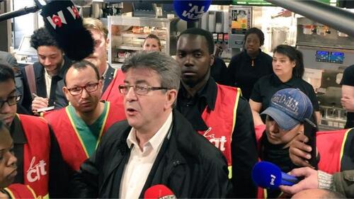 Jean-Luc Mélenchon, candidat à l'élection présidentielle, a participé samedi avec des syndicalistes CGT à une action de blocage d'un restaurant McDonald's à Paris.