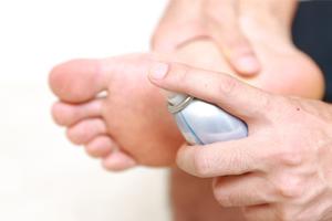 Mauvaise haleine et pieds malodorants : les problèmes d'odeurs corporelles majeurs